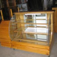 Vitrina de madera con vidrio curvo 1