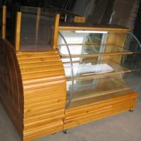 Vitrina de madera con vidrio curvo 2