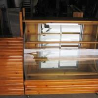 Vitrina de madera con vidrio curvo 3